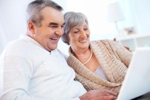Les grands parents utilisant un ordinateur portable 1098 1200 1 1